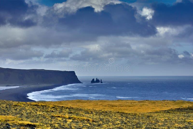 Reynisdrangar, formaciones de roca del basalto, otoño 2018, Islandia fotografía de archivo libre de regalías