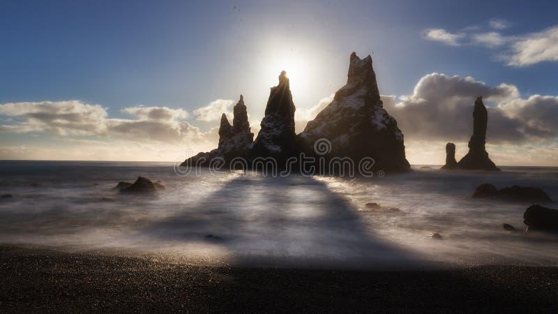 Reynisdrangar, ikonenhafte Felsen in Reynisfjara lizenzfreie stockfotografie