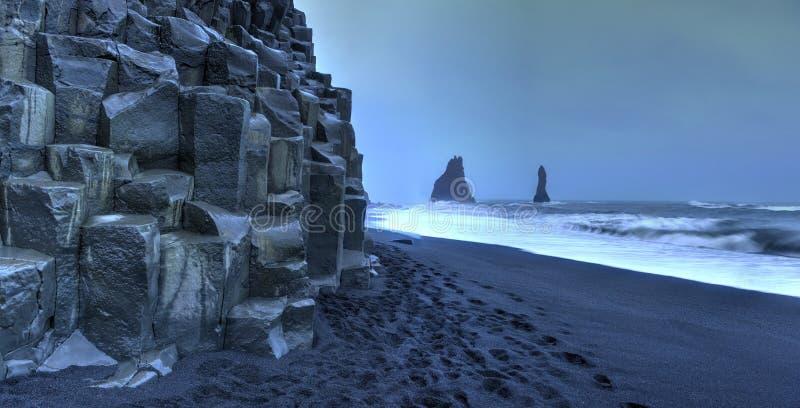 Reynisdrangar vaggar bildande på den Reynisfjara stranden royaltyfria bilder