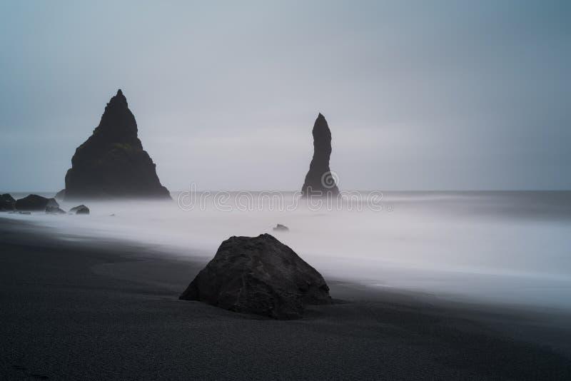 Reynisfjara黑色在Vik冰岛附近的沙子海滩 免版税库存图片