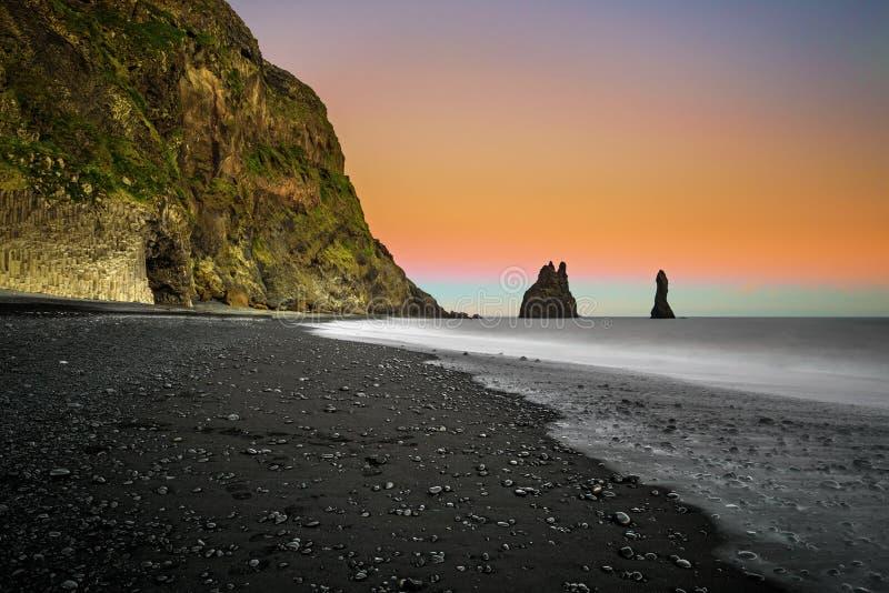 Reynisfjara黑沙子海滩在Vik附近的在南冰岛 免版税库存照片