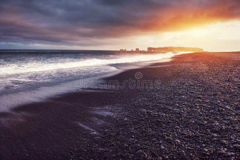 Reynisfjara-Schwarz-Sandstrand in Island lizenzfreie stockfotografie