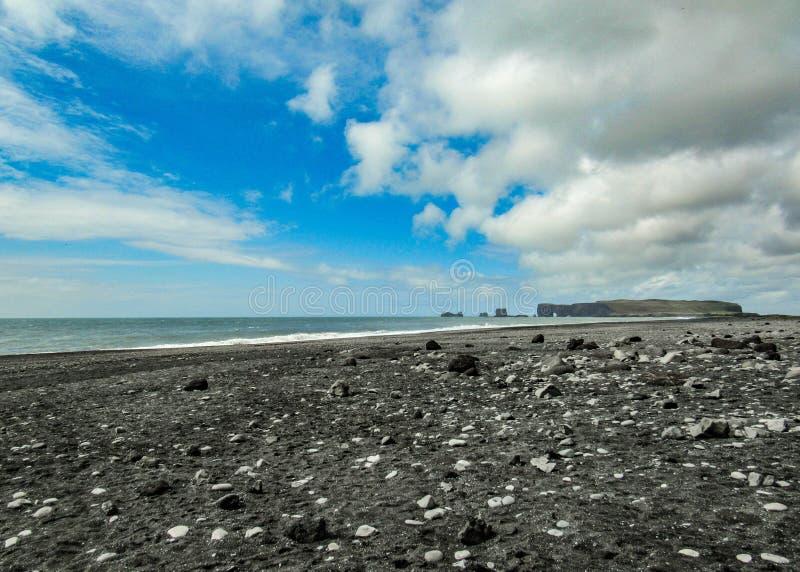 Reynisfjara värld-berömd svart-sand strand på sydkusten av Island, Europa arkivbilder