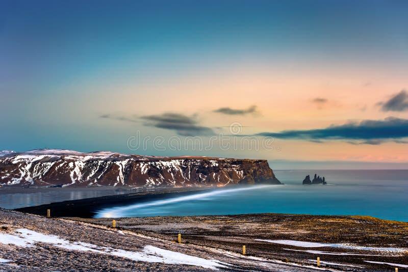 Reynisfjarastrand en Reynisdrangar-rotsvorming stock fotografie
