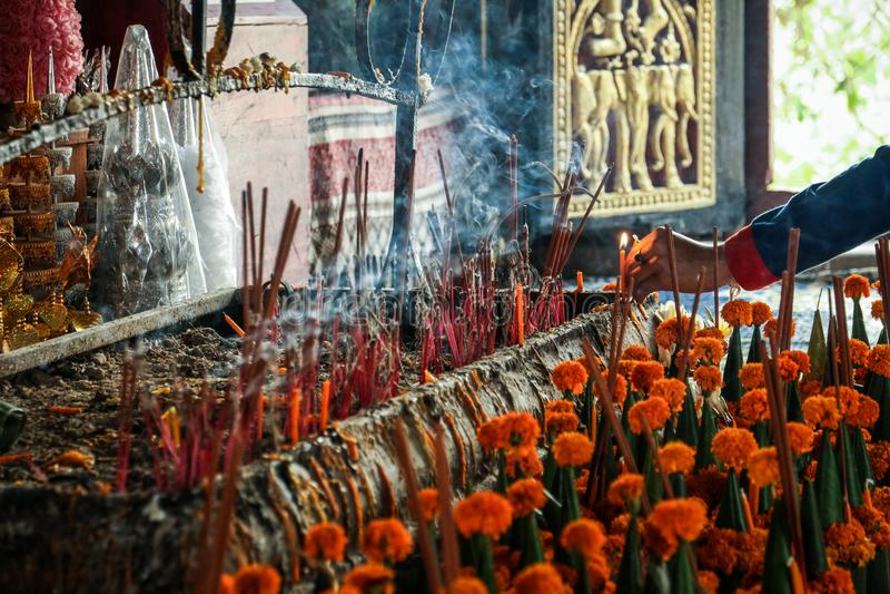 Rezando buddha dentro do templo de Wat Chom Si, si do phou da montagem, prabang do luang, laos foto de stock royalty free