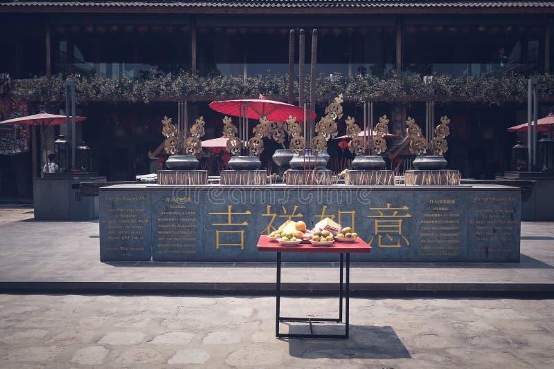 Rezando e desejando um ano novo chinês feliz foto de stock royalty free
