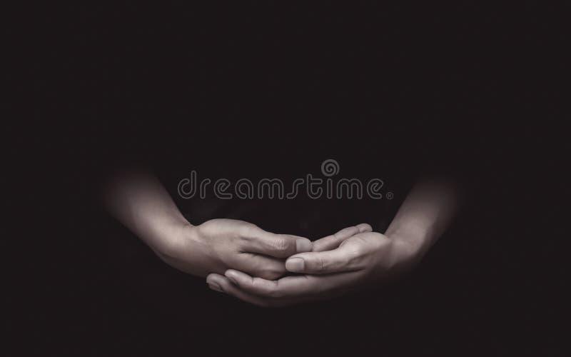 Rezando mãos atentas e meditando sobre crenças ou esperanças Gestos de mãos e luto com alma fotos de stock royalty free