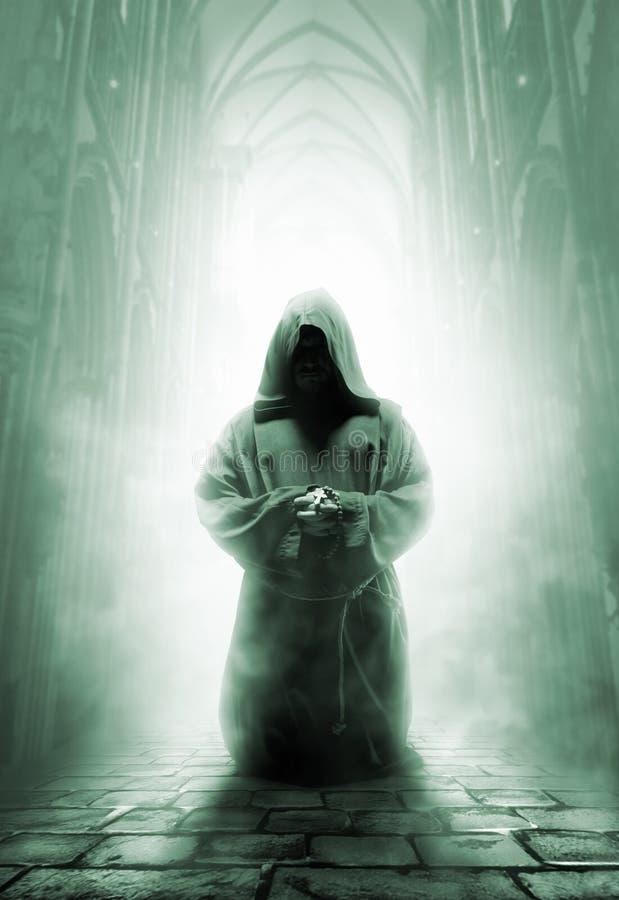 Rezando a monge medieval no corredor escuro do templo foto de stock royalty free