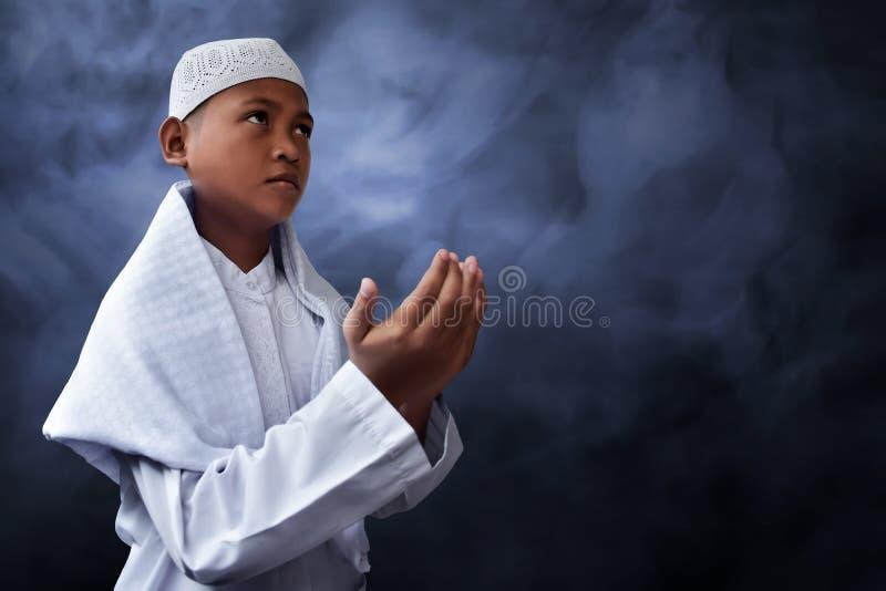 Rezar asiático da criança dos muçulmanos fotografia de stock royalty free