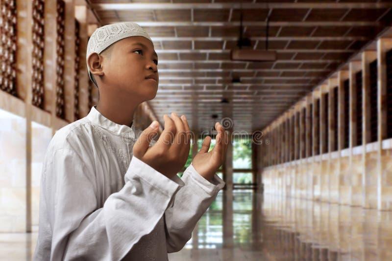 Rezar asiático da criança dos muçulmanos fotos de stock