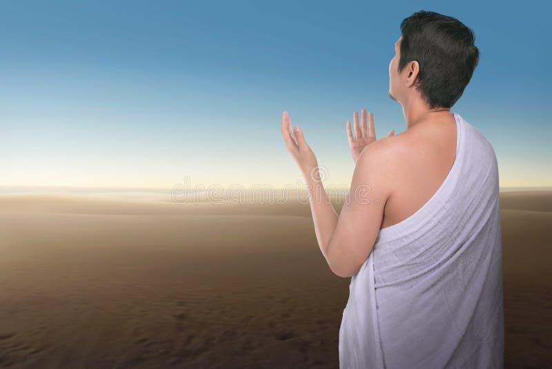 Rezar asiático religioso do homem do Haj fotos de stock