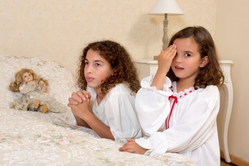 Rezar das meninas do vintage fotos de stock