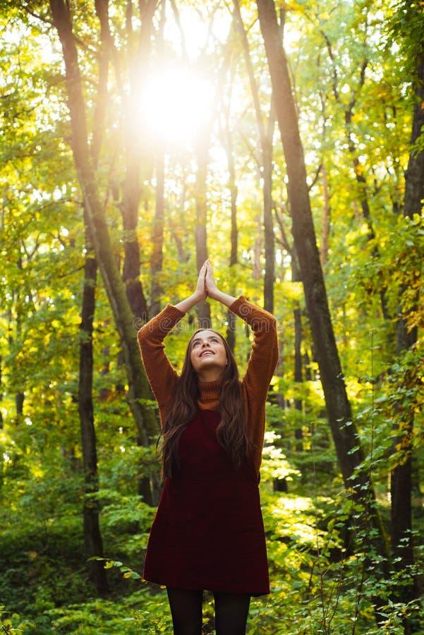Rezar a mãe Natureza A mulher aprecia a natureza apenas A natureza é fonte de poder para ela Beleza natural Melancolia outonal imagem de stock