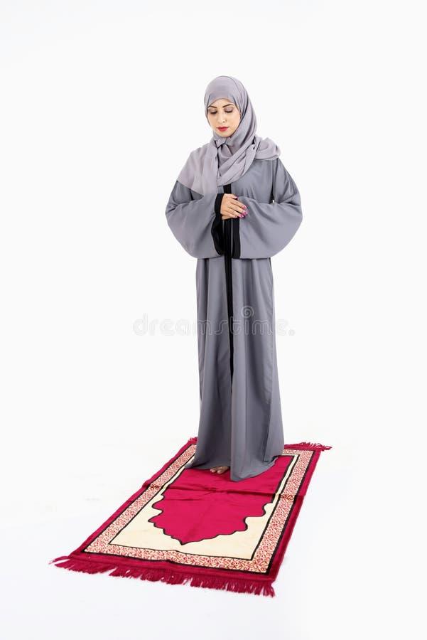 Rezar muçulmano árabe da mulher imagem de stock