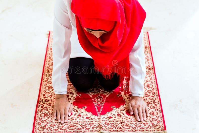 Rezar muçulmano asiático da mulher fotografia de stock