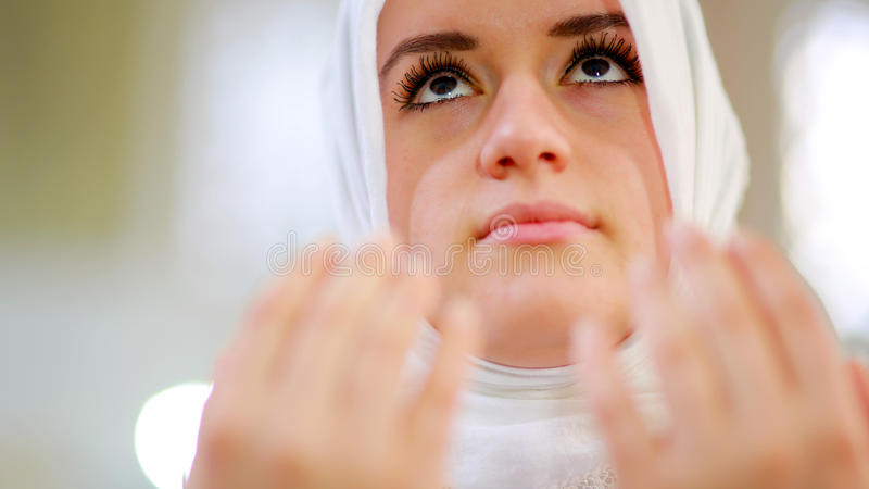 Rezar muçulmano da menina foto de stock royalty free