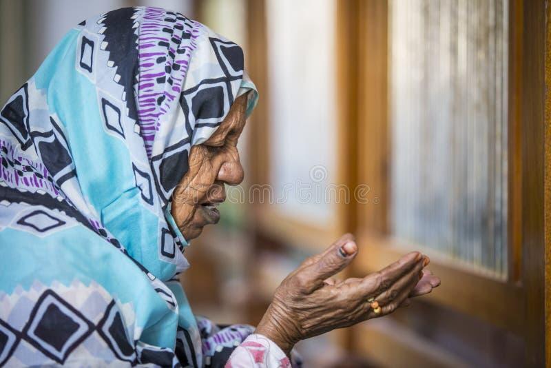 Rezar sudanês da mulher imagem de stock