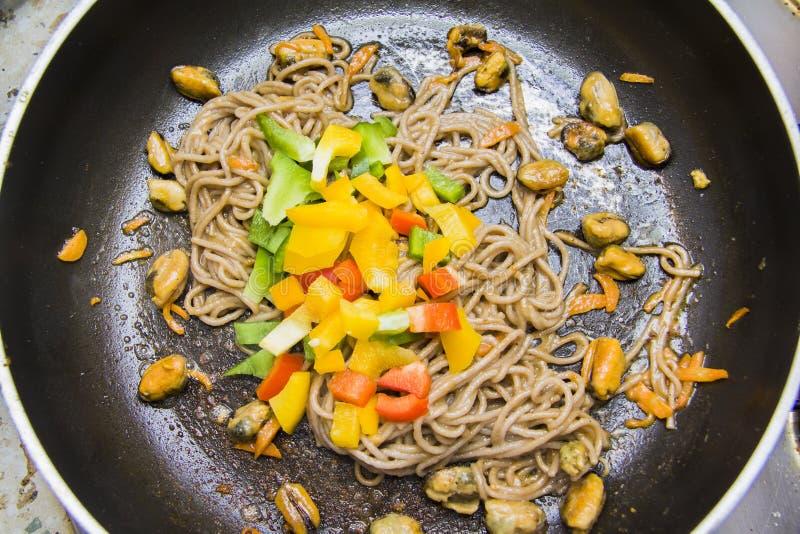 REZEPT: Kochen vegetarischen Schrittes 1 der Spaghettis lizenzfreies stockfoto
