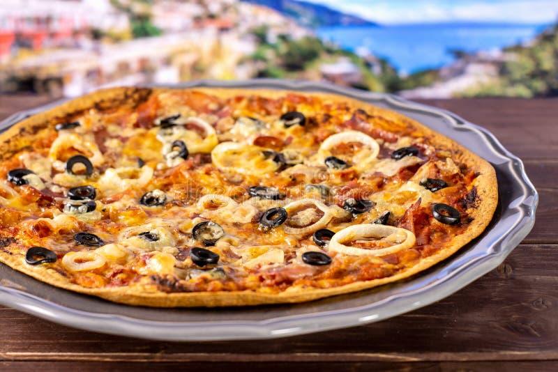Rezept von Pizza capriciosa in Italien stockbilder