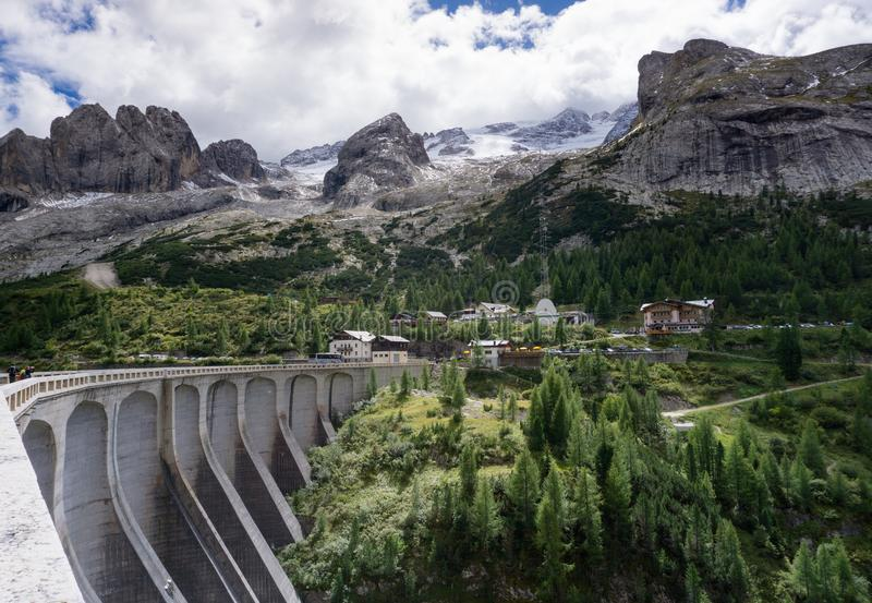 Rezerwuar i tama blisko Marmoladowego w dolomitach w Włochy fotografia stock
