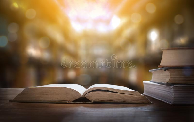 rezerwuje biblioteczną izbową uczenie Książkowej sterty edukację z powrotem scho obraz royalty free