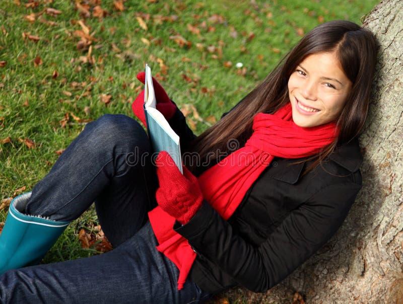 rezerwuje czytelniczej kobiety zdjęcia royalty free