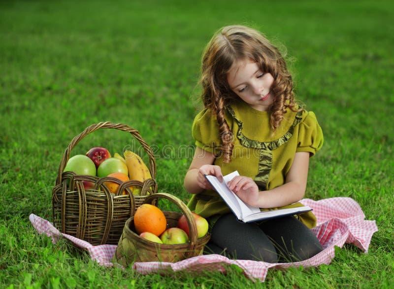 rezerwuje dziewczyny read obrazy royalty free