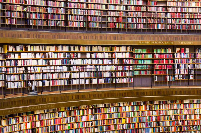 rezerwuje półka na książki bibliotecznych fotografia royalty free