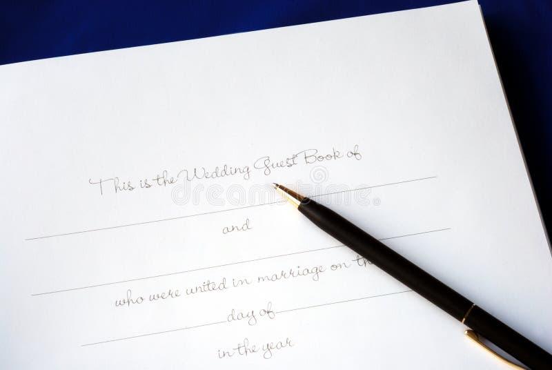 rezerwuje pierwszy gościa strony ślub obraz stock