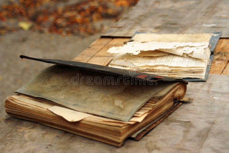 rezerwuje starego stół fotografia stock
