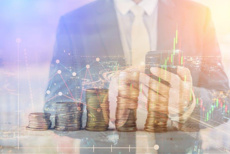Rezession, Krisenkonzept der globalen Wirtschaft Ein abfallendes Kennzeichen auf Lager stockfotos