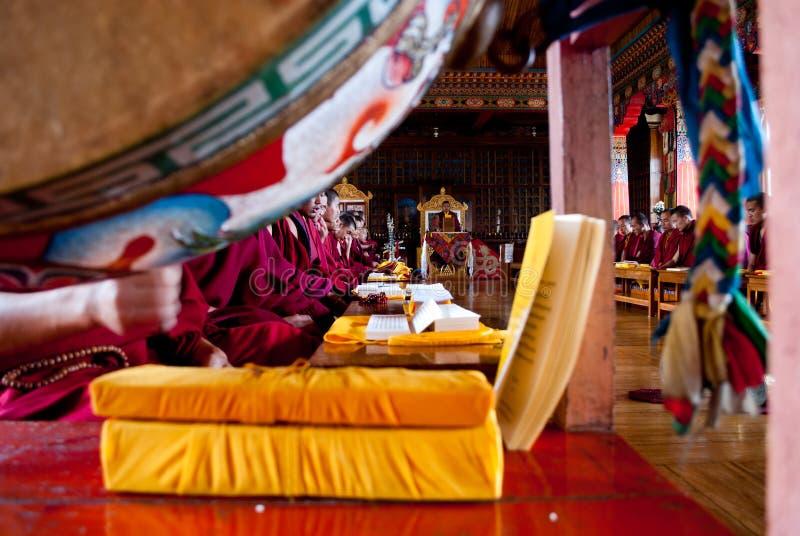 Rezo budista dentro del monasterio imágenes de archivo libres de regalías