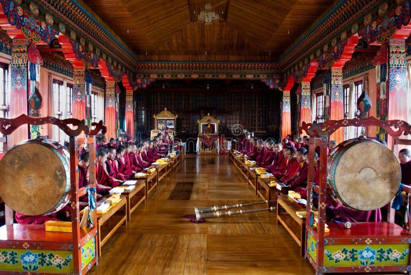 Rezo budista dentro del monasterio fotos de archivo libres de regalías