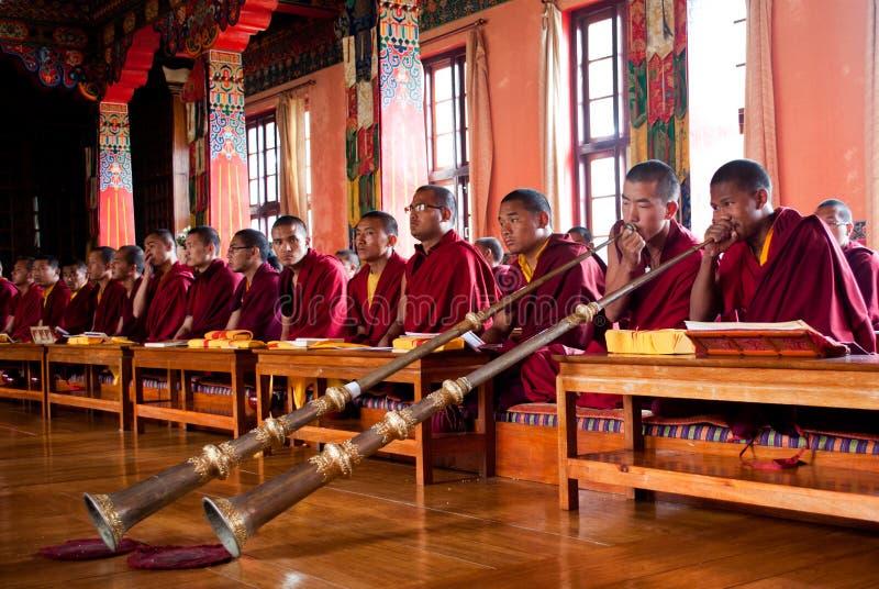 Rezo budista dentro del monasterio fotografía de archivo