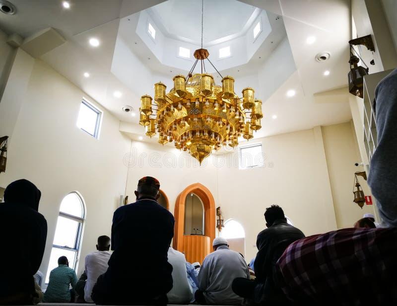 Rezo de viernes de la gente que espera musulmán para en la mezquita del iman de Darul, Arncliffe, Australia fotografía de archivo