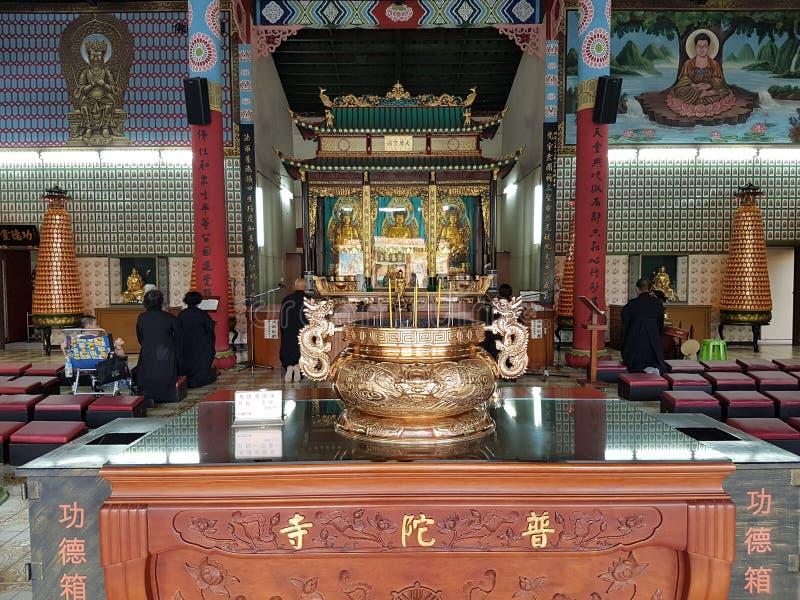 Rezo en un templo budista imagen de archivo libre de regalías