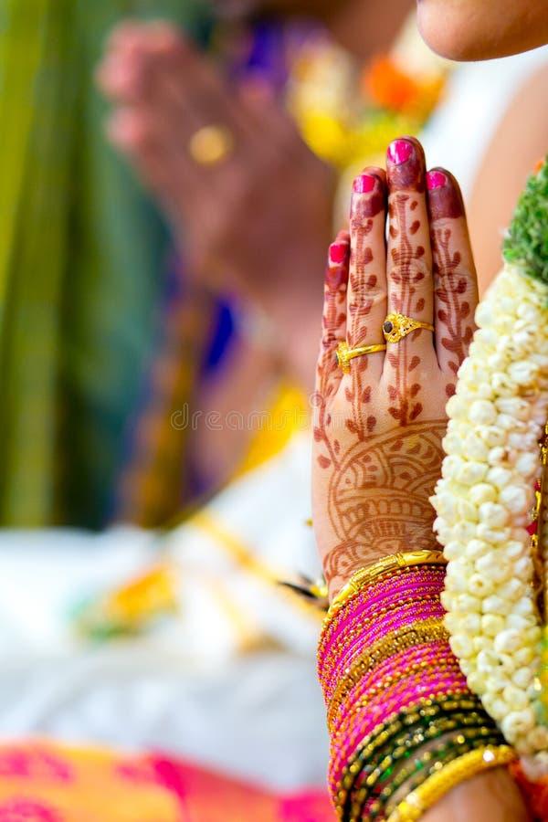 Rezo o Namaster durante ceremonia que se casa hindú foto de archivo