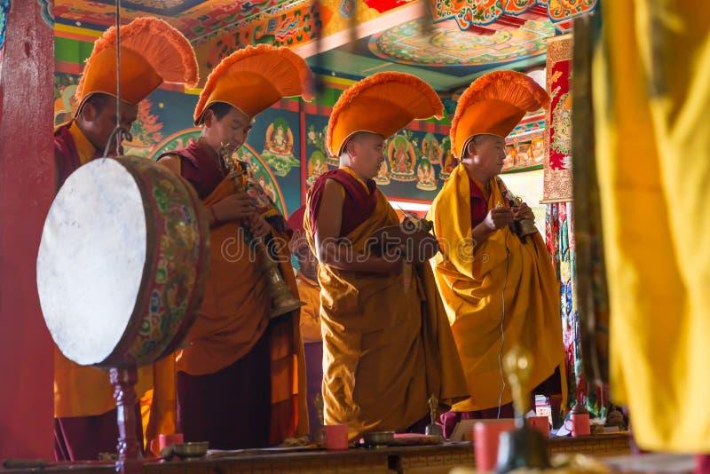 Rezos de la ceremonia de los monjes budistas en monasterio imagenes de archivo
