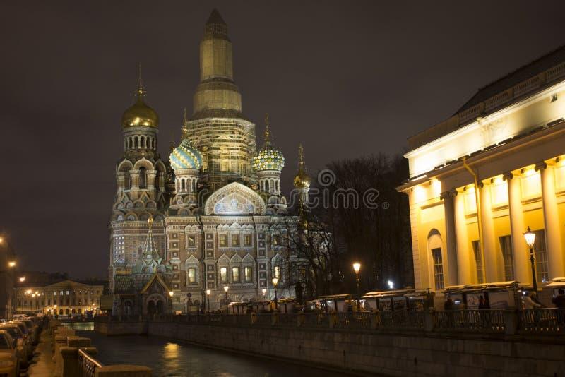 Rezurekcja świątynia wybawiciel na Rozlewającym Krwionośnym Rosja St Petersburg przy nocą nad rzeką obraz stock