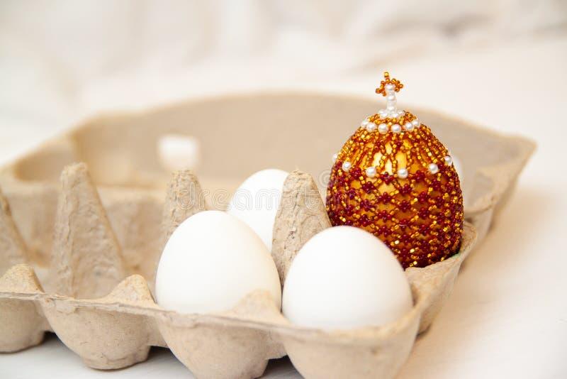 Rezurekcja jezus chrystus Religijny Wielkanocny tło z trzy wrhite jajkiem w pudełku i koloru jajku z krzyżem na wierzchołku, biał fotografia stock