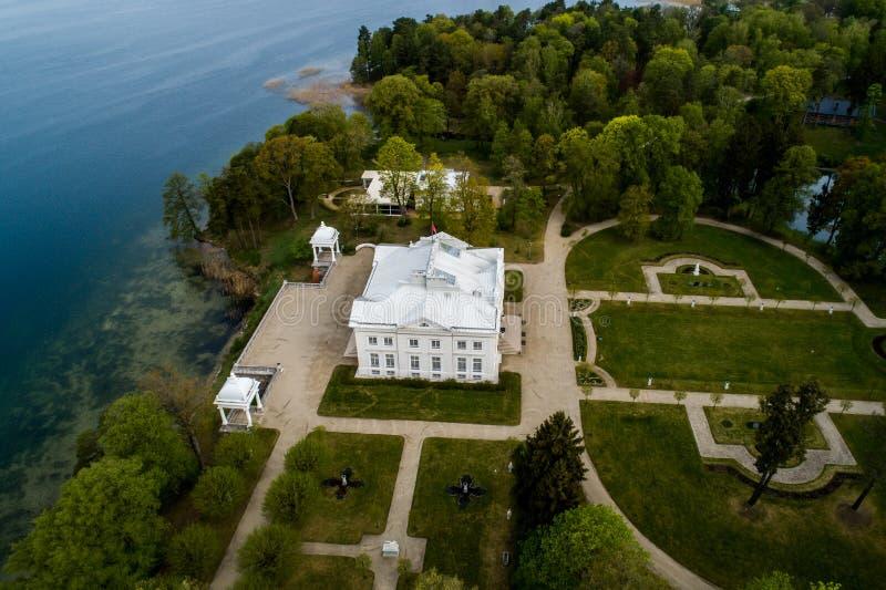 Rezydencja ziemska blisko Trakai w wio?nie, antena zdjęcie royalty free