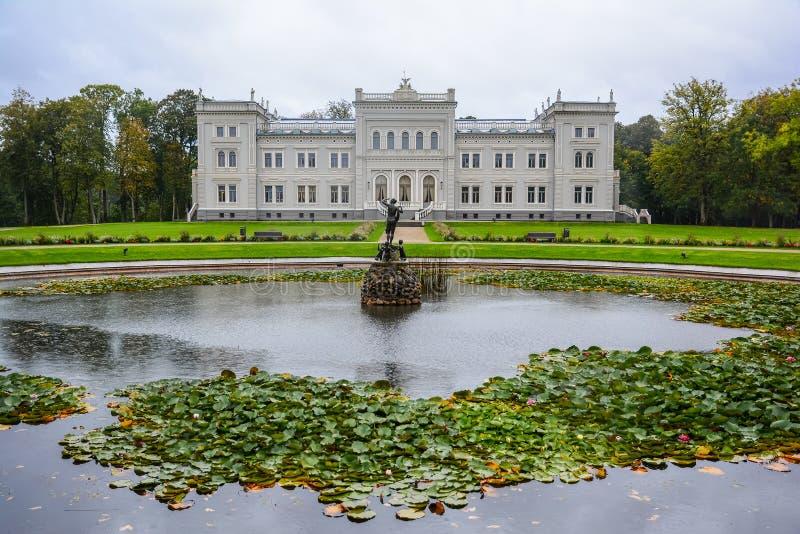 Rezydencja ziemska dom, pałac z parkiem diuk Oginskis w skoku do wody, Lithuania plungÄ- rezydencji ziemskiej farma w renesansie zdjęcie royalty free