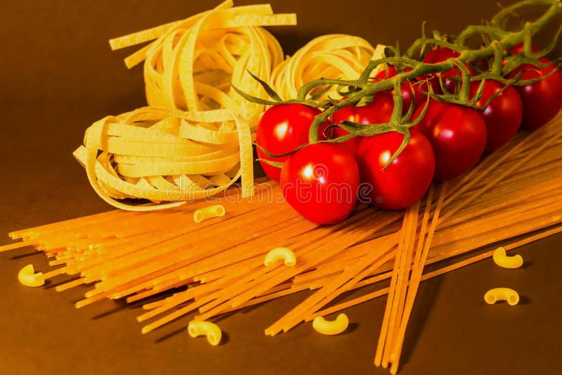 Rganic spaghetti, makaronu tagliatelle, cerry pomidory zdjęcie stock