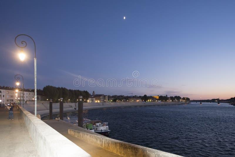 rhÃ'ne rzeka przy nocą przy Arles, Francja obraz stock