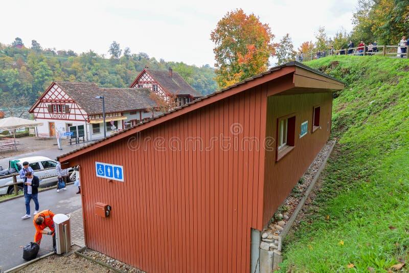 Rhein Fall, Szwajcaria - 18 października 2019 r.: Pokój wypoczynkowy na Jesieni jest sławny i piękny fotografia royalty free