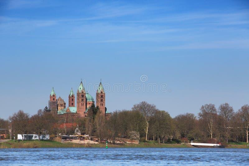 Rhein und Kathedrale bei Speyer stockfotos