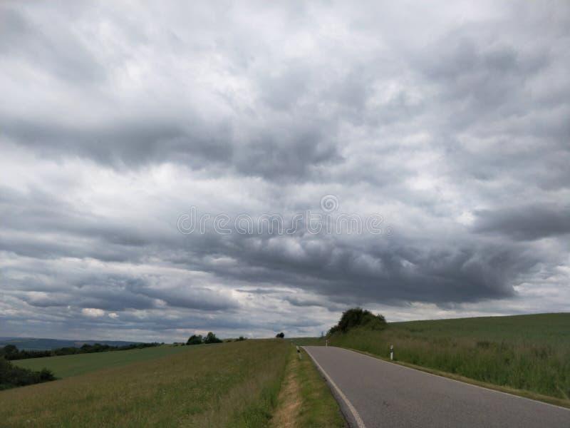 Rheinland-Pfalz Landschaftsstraße im schlechten Wetter stockbilder