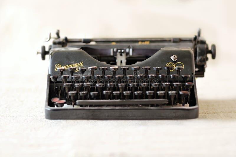 Rheinmetall -在软的米黄桌布的AG Borsig经典德国金属黑色葡萄酒打字机 免版税库存图片
