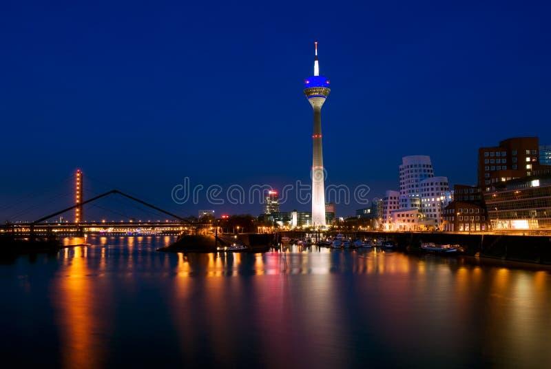 Rheinturm和弗兰克・盖里大厦在Dusseldof,德国 免版税图库摄影