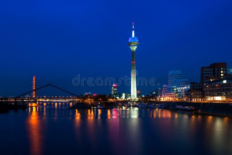 Rheinturm和弗兰克・盖里大厦在Dusseldof,德国 库存图片